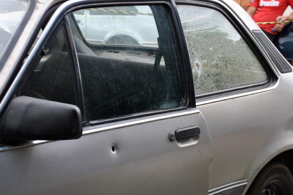 Um carro nos fundos do camelódromo também foi atingido / Foto: Marcelo Paiva