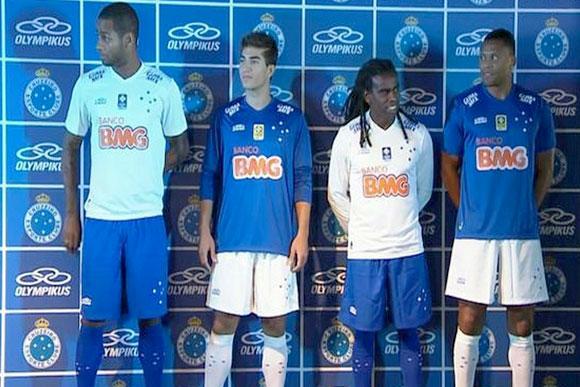 Os jogadores apresentaram as novas camisas   Foto  Reprodução Globo 2ce0ad1622ed4