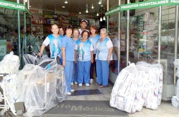 Marcos Rocha com voluntárias do HNSG durante entrega dos materiais   Foto   G10 assessoria d0a2862957054