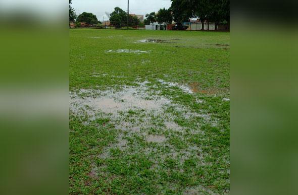 Com a chuva, o gramado do Campo do Eucalipal ficou alagado no final de semana / Foto: Divulgação