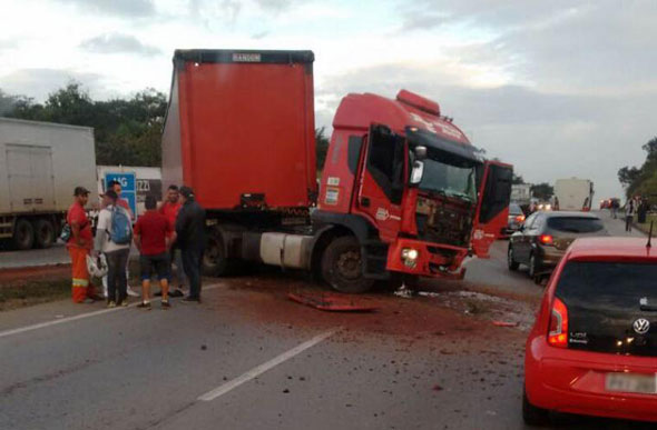 Carro invadiu a faixa contrária da pista e bateu de frente em um caminhão / Foto: Enviada por leitor / via WhatsApp