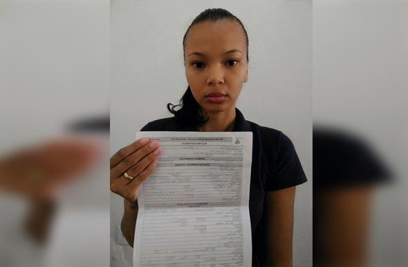 Débora Sena mostra o Boletim de Ocorrência sobre o ato discriminatório do funcionário - Foto divulgação: Débora Sena